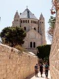 Los turistas caminan a lo largo del paso a lo largo de la cerveza inglesa estrecha HaShalom del ` del mA de la calle a la abadía  Fotografía de archivo