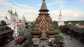 Los turistas caminan por el centro de entretenimiento el Kremlin en Izmailovo Moscú almacen de metraje de vídeo