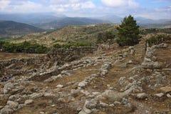 Los turistas caminan a través de la puerta del ` s del león de la ciudadela de Mycenae Foto de archivo libre de regalías