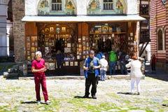 Los turistas cerca del icono hacen compras en el monasterio famoso de Rila, Bulgaria Fotos de archivo