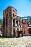 Los turistas cerca del icono hacen compras en el monasterio famoso de Rila, Bulgaria Imagenes de archivo
