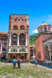 Los turistas cerca del icono hacen compras en el monasterio famoso de Rila, Bulgaria Foto de archivo