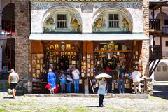 Los turistas cerca del icono hacen compras en Rila famoso Imagen de archivo