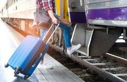Los turistas con equipaje están caminando en el tren Imagen de archivo