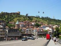 Los turistas con las familias caminan en el puente en el centro de Tbilisi vieja para ver las vistas Georgia, Tbilisi - junio de  fotografía de archivo
