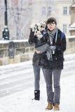 Los turistas coreanos toman imágenes en Charles Bridge Fotos de archivo