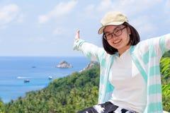 Los turistas de las mujeres amplían los brazos feliz Foto de archivo libre de regalías