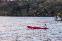 Los turistas de las mujeres llevan el sistema del bikini kayaking en bao hermoso de la explosión del ao del área del mar en la is fotografía de archivo