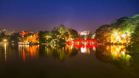 Los turistas del lapso de tiempo visitan el parque público del lago Hoan Kiem en la noche en la ciudad de Hanoi almacen de metraje de vídeo