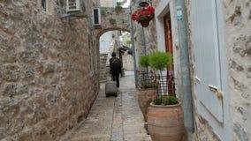 Los turistas del verano con una maleta salen del lugar para permanecer en ciudad vieja metrajes
