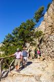Los turistas descienden abajo de la garganta Samaria en Creta central, Grecia Imagen de archivo libre de regalías