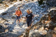 Los turistas descienden abajo de la garganta Samaria en Creta central, Grecia Foto de archivo