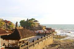 Los turistas disfrutan de puesta del sol en el templo de la porción de Tanah, Bali Fotos de archivo
