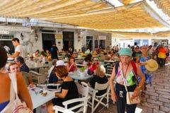 Los turistas disfrutan de viaje a la isla del Hydra - Grecia Foto de archivo