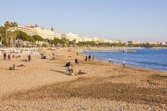 Los turistas disfrutan del buen tiempo en Cannes, Francia Foto de archivo libre de regalías
