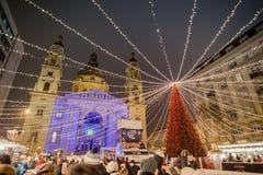Los turistas disfrutan del mercado de la Navidad en Budapest Imagenes de archivo