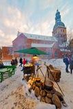 Los turistas disfrutan del mercado de la Navidad en el centro de ciudad Imagen de archivo libre de regalías