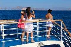 Los turistas disfrutan del viaje de la travesía - Grecia Imagen de archivo libre de regalías