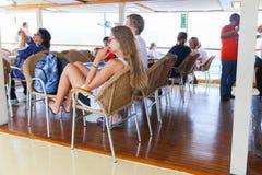 Los turistas disfrutan del viaje de la travesía - Grecia Fotografía de archivo