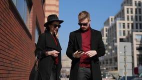 Los turistas elegantes de los pares toman una foto de atracciones europeas en ciudad almacen de video