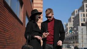 Los turistas elegantes de los pares toman una foto de atracciones europeas en ciudad metrajes