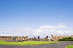 Los turistas en Calzean se escudan el punto de vista que mira el mar Imagen de archivo libre de regalías