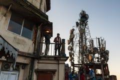 Los turistas en el edificio están viendo el primera luz en el amanecer del día del ` s del Año Nuevo de la segunda planta con los Foto de archivo libre de regalías