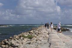 Los turistas en el malecón en la entrada del sur parquean a Boca Raton Florida Foto de archivo libre de regalías