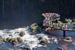 Los turistas en Foz hacen el parque de Iguassu Fotos de archivo