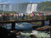 Los turistas en Foz hacen el parque de Iguassu Fotografía de archivo