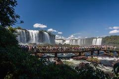 Los turistas en Foz hacen el parque de Iguassu Fotos de archivo libres de regalías