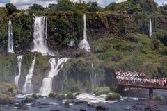 Los turistas en Foz hacen el parque de Iguassu Imagen de archivo libre de regalías