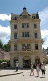 Los turistas en Karlovy varían fotos de archivo libres de regalías