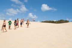 Los turistas en la arena de Wabby del lago soplan, Fraser Island, Queensland, Australia. imagen de archivo