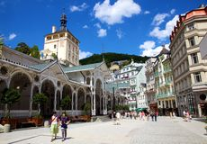 Los turistas en la columnata de las aguas termales en Karlovy varían Imagenes de archivo