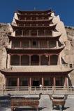 Los turistas en la entrada del Mogao excavan cerca de la ciudad de Dunhuang, en la provincia de Gansu, China imagen de archivo