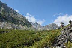 Los turistas en las montañas del Barguzin se extienden Fotos de archivo