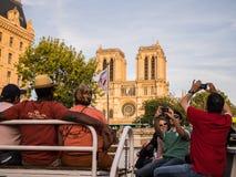 Los turistas en mouches de los barcos toman imágenes de Notre Dame, París, Imagen de archivo libre de regalías