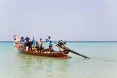 Los turistas en un barco de la travesía van al mar Fotos de archivo