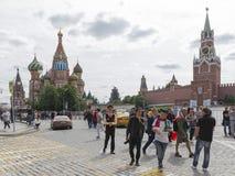 Los turistas están caminando en el centro de Moscú Fotografía de archivo libre de regalías
