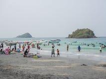 Los turistas están descansando sobre el mar Fotos de archivo libres de regalías