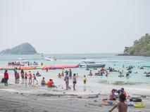 Los turistas están descansando sobre el mar Fotografía de archivo
