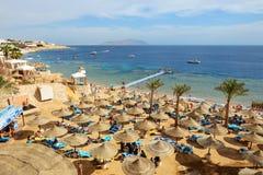 Los turistas están el vacaciones en el hotel popular Foto de archivo libre de regalías