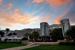 Los turistas están el vacaciones en el hotel popular en puesta del sol Imágenes de archivo libres de regalías
