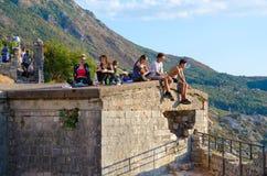 Los turistas están en ruinas de la fortaleza de St John Illyrian Fort sobre la bahía de Kotor, Montenegro Fotos de archivo