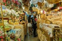 Los turistas están haciendo compras en el mercado de Chatuchak en Bangkok, Tailandia El mercado de Chatuchak es el fin de semana  Imágenes de archivo libres de regalías