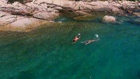 Los turistas están nadando con la máscara Imágenes de archivo libres de regalías