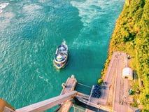 Los turistas están subiendo en el barco en Niagara Falls Imagen de archivo libre de regalías