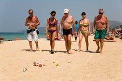 Los turistas europeos están jugando los boules del juego Imagen de archivo