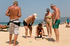 Los turistas europeos están jugando los boules del juego Fotos de archivo